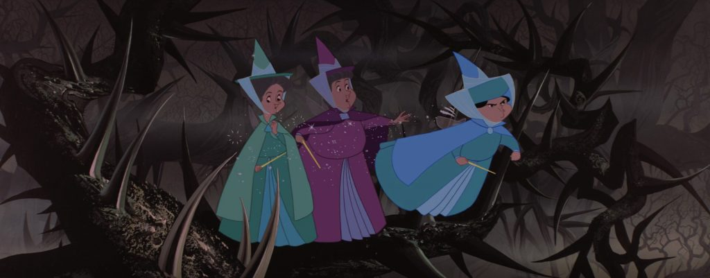 Flora e Fauna trattengono Serenella, che vorrebbe andare a scontrarsi con Malefica.