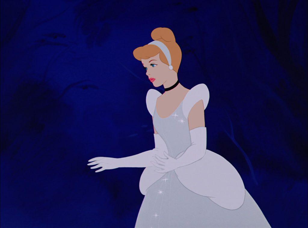 L'abito di Cenerentola non è azzurro e i suoi capelli non sono biondi.