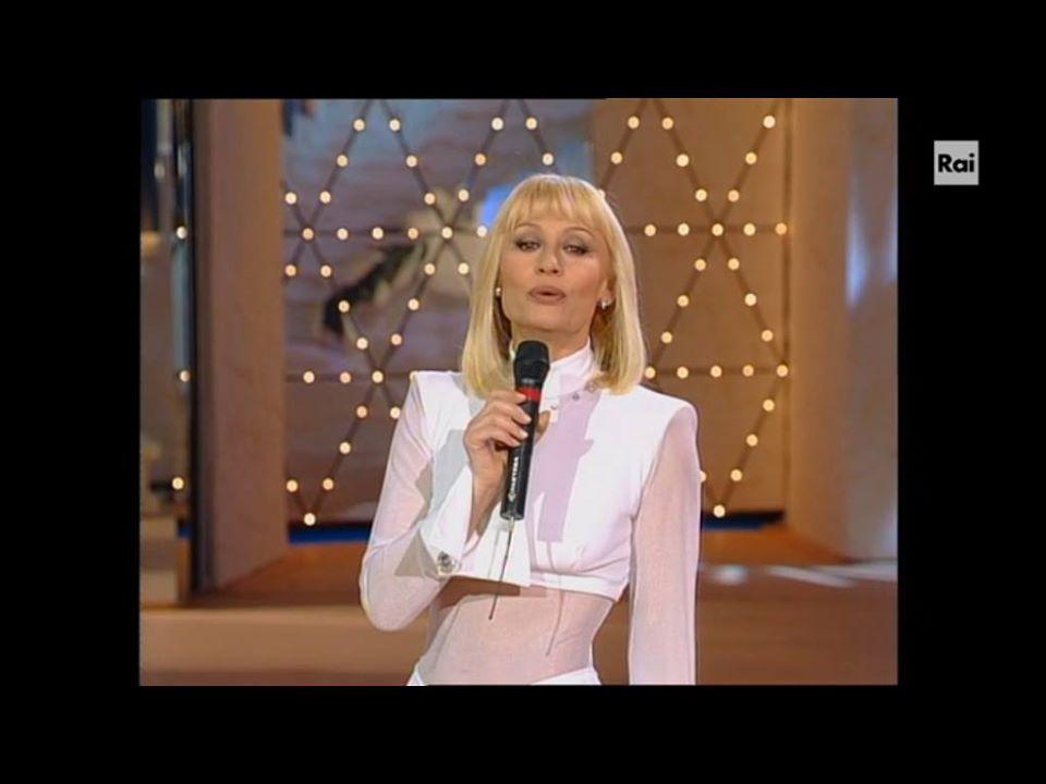 "Raffaella Carrà in ""Carramba! Che Sorpresa"" (1995)."